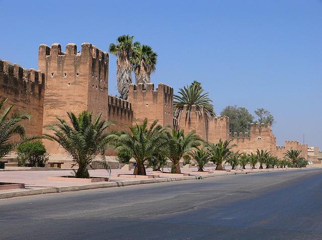 Taroudant, Fas  16.Yüzyılda Saadi hanedanı Marakeş'den önce burayı başkent yaptı ve 1528'de bir duvar ile cami inşa etti.