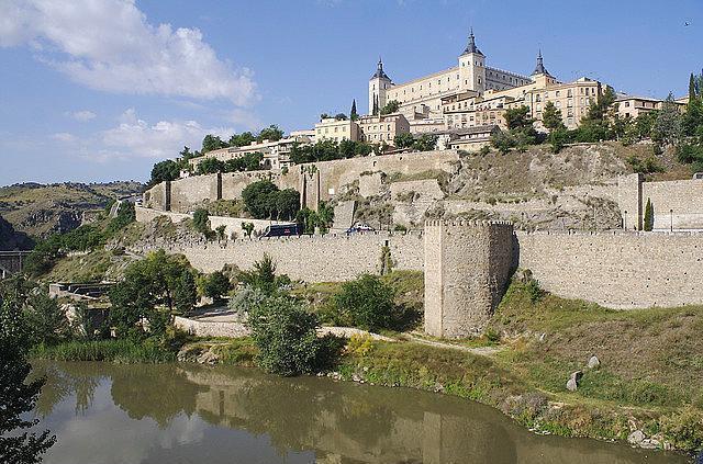 Toledo, İspanya  Toledo Kartacalıların, Vizigotların ve Faslılar işgal etmeden önce İspanya'nın başkentiydi. Şehrin üç tarafı Tagus nehri ile çevrili ve dördüncü kenarda duvar bulunuyor.