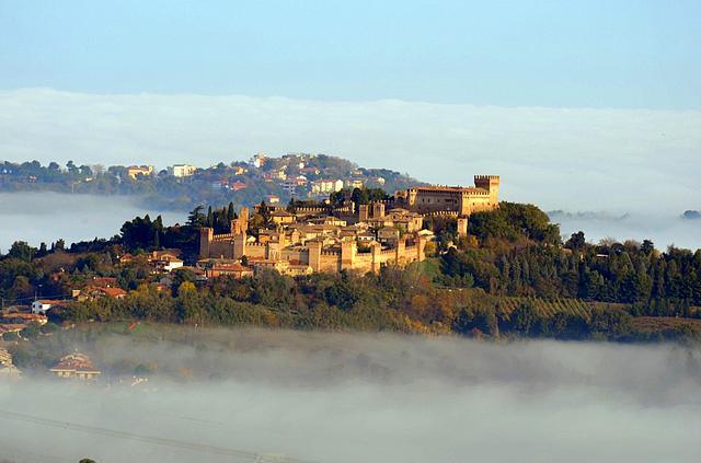 Gradara, İtalya  13. ve 14. Yüzyılda kurulmuş çift duvara sahip bu şehir, Dante'nin ünlü eseri Inferno'da geçmesiyle meşhur.
