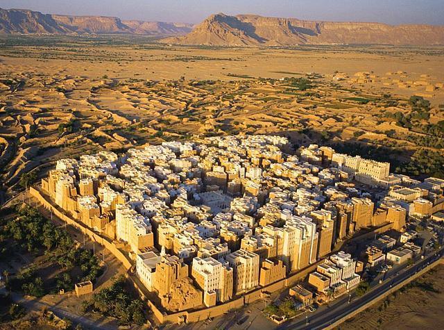 Shibam, Yemen  Çoğu çamurdan yapılan 30 metre yüksekliğindeki duvarlar, 16. Yüzyılda inşa edilmiş.