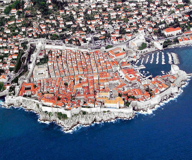 Dubrovnik, Hırvatistan  Orta çağlarda Venediklere karşı koyan tek şehirdi ve şu an büyük bir turistik merkez. 7. yüzyılda kurulan şehir 2 km uzunluğunda suvarlara sahip.