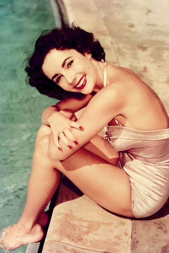Hollywood'un altın çağının büyük oyuncularından, menekşe gözlü lakabıyla tanınan, tarzı ve duruşuyla halen birçok modacıya ilham veren yüzyılın stil ikonu Elizabeth Taylor ya da Liz Taylor... Amerikan Sineması'nın birçok klasikleşmiş filminde başrol sahibi olan ve ikon haline gelen Taylor'un ölümsüz tarzı bizlerden sonraki nesillere de kendini unutturmayacağa benziyor.  79 yaşında hayata gözlerini kapayan ünlü yıldızın unutulmaz görüntüleri arasından sizler için seçtiklerim...  Moda Kanalları Editörü: Burcunur YILMAZ