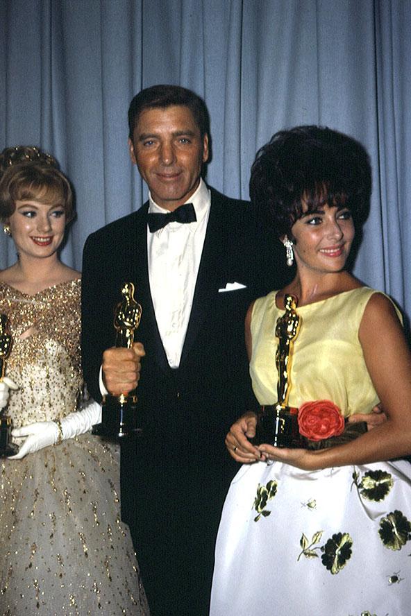 Elizabeth Taylor'ın Oscar töreninde giydiği sarı, floral tuvaleti nasıl unutabiliriz.