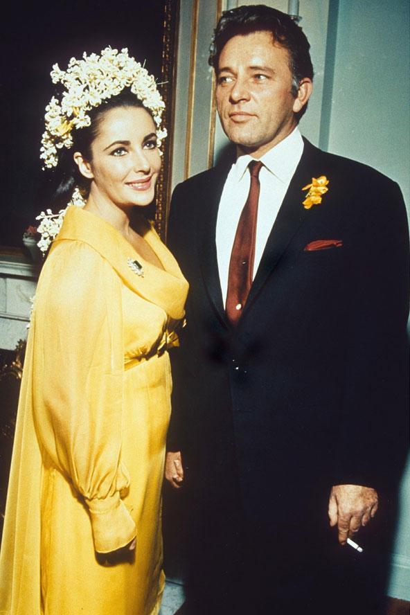 Elizabeth Taylor'ın Richard Taylor ile olan düğününden bir kare... Güzel yıldız beyaz yerine sarı giymeyi tercih etmiş.