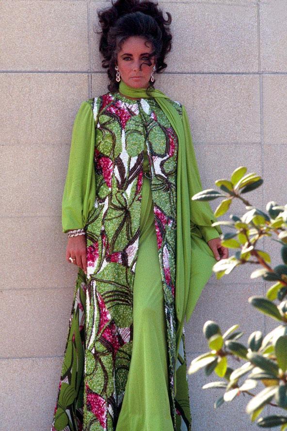 Elizabeth Taylor 70'lerin meşhur görünümü olan retro kıyafetleri içinde.