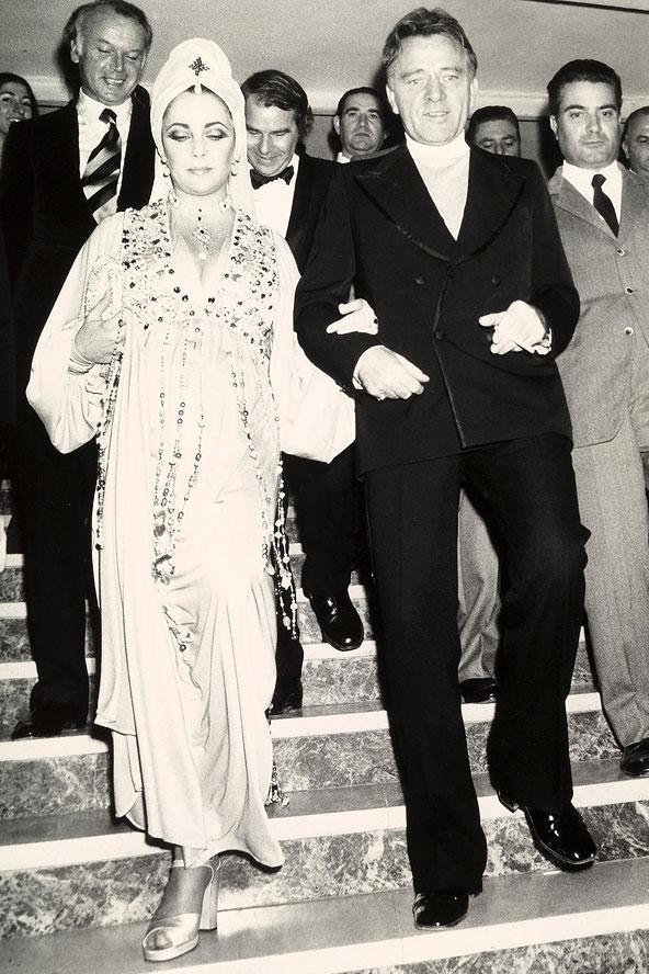1975 yılında eşiyle bir parti çıkışında çekilen bu fotoğraftaki görünümü, özellikle baş örtüsü, günümüzde bir çok ünlüye esin kaynağı oluyor.