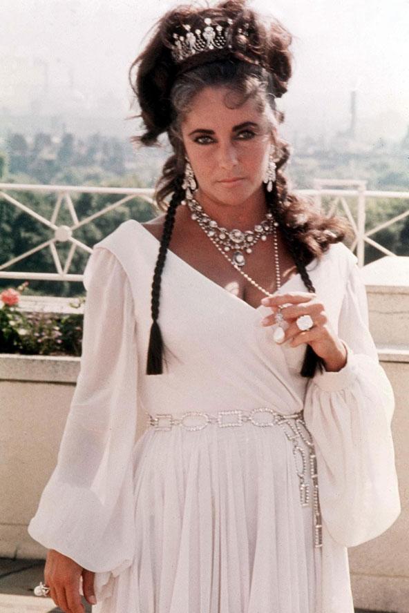 1978'de gerçekleştirilen bu moda çekiminde, Elizabeth Taylor beyaz maksi bir elbise üzerine taktığı pırlanta takılarla dikkat çekiyor.