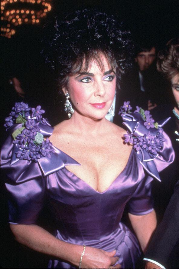 Ne kadar zaman geçtiği hiç önemli değil, Elizabeth Taylor moda anlayışını hiçbir zaman değiştirmedi. 1988'de bir partiye bu mor tuvaletle katılmıştı.