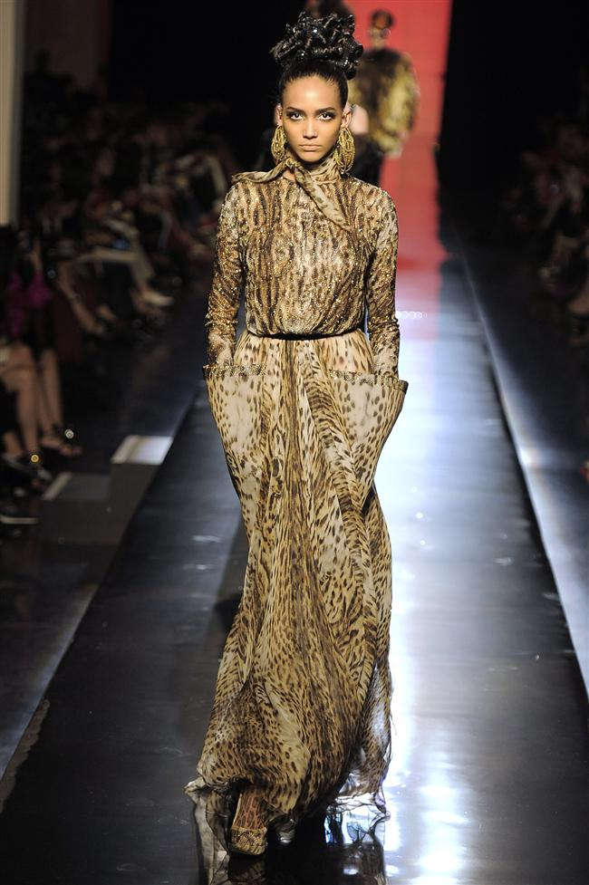 Paris Moda Haftası'nda dünyaca ünlü tasarımcıların koleksiyonları görücüye çıktı. Ünlü modacılar arasında yer alan Jean Paul Gaultier'ın koleksiyonunda  en göze çarpanlar ise  leopar desenli ve çizgili kıyafetler oldu.  Bu koleksiyonla Gaultier; leopar ve çizgili desenlerin 2014 yılında da moda olmaya devam edeceğinin sinyalini verdi. Koleksiyonun yanı sıra mankenlerin saç modelleri de görülmeye değerdi.   Moda Kanalları Editörü: Duygu ÇELİKKOL