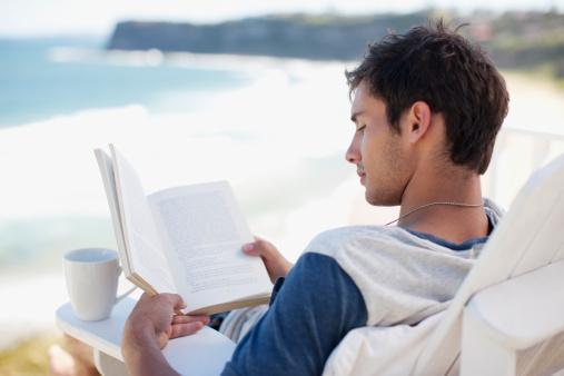 Yengeç  Onu nerede bulabilirsiniz?   İçine kapanık Yengeç erkeğine bir parkta gazete okurken veya bir kütüphanede kitaplara bakarken rastlayabilirsiniz. Zekice bir iltifatla kabuğundan dışarı çıkmasını sağlayabilirsiniz.   Sevdiği tipi   Bir Yengeç erkeğiyle birlikte olmak istiyorsanız, çoğu zaman evde kalmaya veya yıldızların altında dolaşmaya hazır olun. Onun için hoş bir sürpriz ne olabilir? Yengeç'ler göz temasına çok büyük önem verirler. Yardıma ihtiyacınız olduğunda, bunu hiçbir şey söylemeden, gözlerinizle isterseniz, mest olacaktır.   Gizli cinsel yönü  Yengeç erkeği ön sevişmeyi çok sever. Onu mutlu etmek istiyorsanız, öpücüklere boğun. İlişki özellği Bazı zamanlar çok zor bir kişi olabilir. Ama gerçekten altın gibi bir kalbe sahiptir ve sizi bir prenses gibi yaşatır.