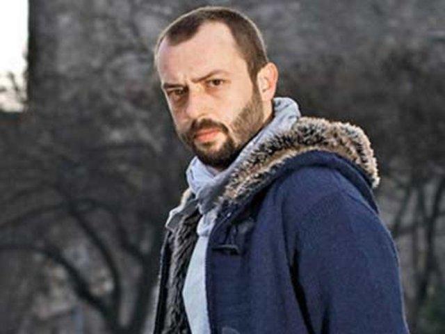 İstanbul Üniversitesi Devlet Konservatuarı Tiyatro Bölümü'nden mezun oldu