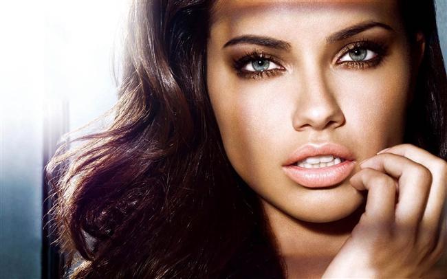 Dudak denince akla ilk gelen isim Angelina Jolie'dir. Ancak seksi dudaklara sahip ünlüler arasında Christina Aguilera, Rihanna ve Pamela Anderson da var. İşte dünya'nın en seksi dudaklarına sahip 32 kadın...  Adriana Lima  Güzellik Kanalları Editörü: Duygu ÇELİKKOL