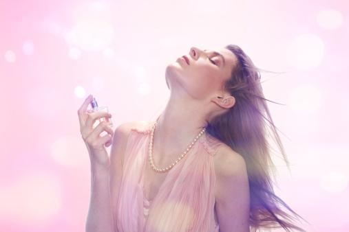 8. Fresh parfümler kullan!   Yazın baharatlı, ağır parfümler kullanmak, kendini daha çok yorgun hissetmene yol açacağından; tercihini hafif, çiçek kokulu parfümlerden yana kullan. Hatta parfüm yerine deodorant kullanmayı dene!