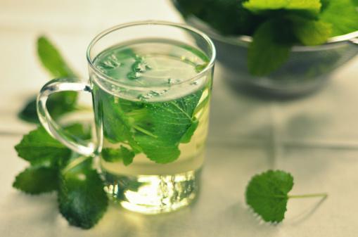 1. Nane çayı iç!   Nanenin içerdiği mentol nedeniyle ferahlatıcı bir etkisi vardır ve kozmetikte en çok kullanılan bitkidir. Diğer bir faydası ise sindirimi kolaylaştırmasıdır. Yemeklerden sonra içeceğin bir fincan nane çayıyla hem toksinlerden arınırsın, hem de kendini daha hissedersin.