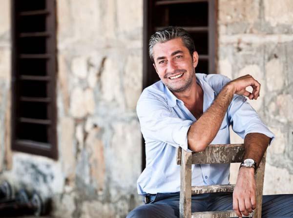Erkan Petekkaya 1993'ten beri kadrolu devlet tiyatrocusu olan Erkan Petekkaya, Öyle Bir Geçer Zaman Ki dizisinde canlandırdığı Ali Kaptan rolüyle 7'den 70'e tanınır hale geldi. Ünlü oyuncu, uzun yıllardan beri hayalini kurduğu kasap dükkanını geçtiğimiz yıl Beykoz'da açtı. Mest Et kasap dükkanı ile Petekkaya'da ticarete atılan ünlüler kervanına katıldı.