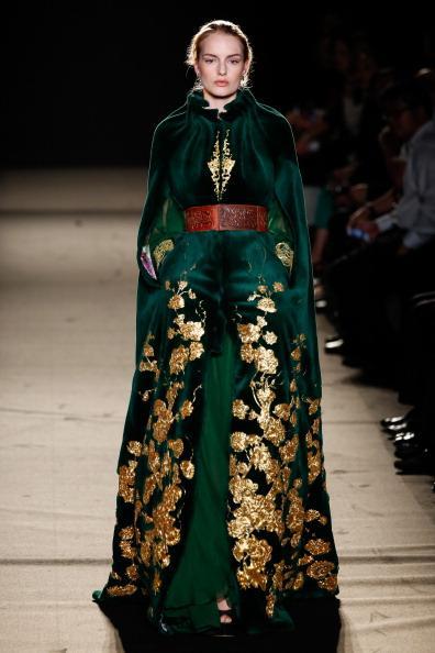 Çinli tasarımcı Laurence Xu, batı kültürü ve Çin gelenekleri ile tasarladığı kıyafetlerle büyük ilgi gördü. Koleksiyonda uzakdoğu'nun meşhur sakura (kiraz çiçekleri) desenleri, siyah devekuşu tüyleri, püsküller ve altın işlemeler ön plandaydı.   Moda Kanalları Editörü: Duygu ÇELİKKOL