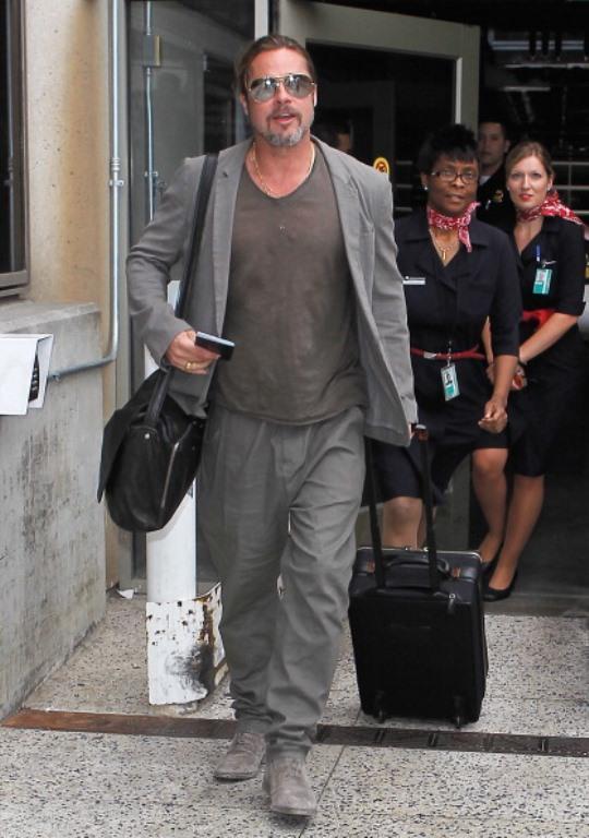 Brad Pitt Los Angeles havaalanına yeni indiği sırada, her ne kadar arka kapıdan kaçmaya çalışsa da kendini flaşlardan kurtaramıyor...