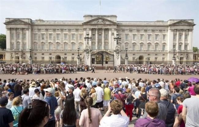 Cambridge Dükü Prens William ile 29 Nisan 2011'de evlenerek İngiltere Kraliyet Ailesi'nin gelini olan Cambridge Düşesi Kate Middleton, 22 Temmuz 2013 günü, bebeğini dünyaya getirdi. İngiliz halkı tarafında 9 aydır ilgiyle beklenen veliaht, büyük bir sevgi seliyle karşılandı.  Kate Middleton'ın hastaneye kaldırılmasıyla Buckingham Sarayı önünde bekleyiş başladı.  Kadın Kanalları Editörü: Burcunur YILMAZ