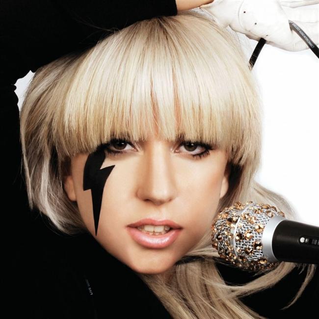 """Amerikan Forbes Dergisi """"30 yaş altı en çok kazanan 10 ünlü"""" listesini yayımladı. Listenin ilk sırasında müziği kadar sıra dışı giyim tarzıyla da adından söz ettiren ABD'li şarkıcı Lady Gaga var. 27 yaşındaki şarkıcı, Haziran 2012 Haziran 2013 arasında kazandığı 80 milyon dolarlık servetle, listede kendisinden sonra gelen Justin Bieber'a fark atmış durumda. 19 yaşındaki Bieber'ın 58 milyon dolarlık serveti var.  1. Lady Gaga (27)"""