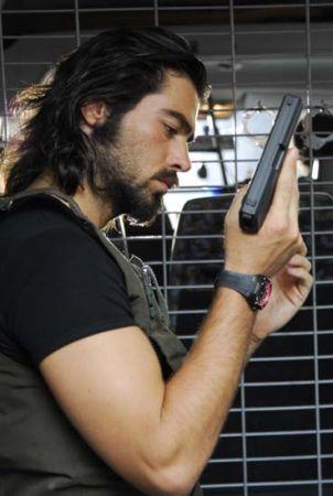 OYUNCULUĞU SEÇTİ  Show TV ekranlarında yayınlanan Survivor Türkiye yarışmasında birinci olduktan sonra oyunculuğa başladı.