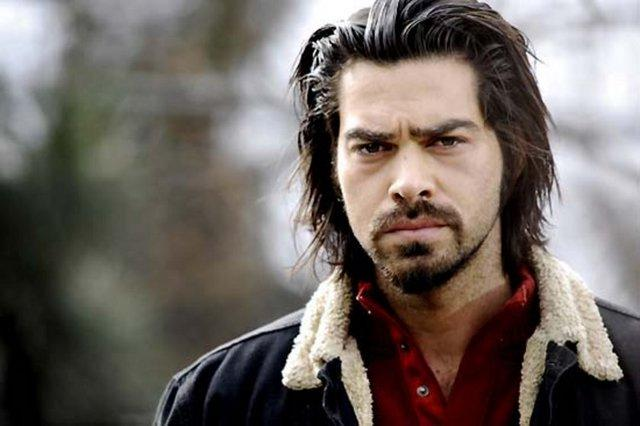 Arka Sokaklar dizisinden Gamze Özçelik'le beraber ayrılmış; ancak İlker İnanoğlu'nun diziden ayrılmasından sonra diziye tekrar geri dönmüştür.