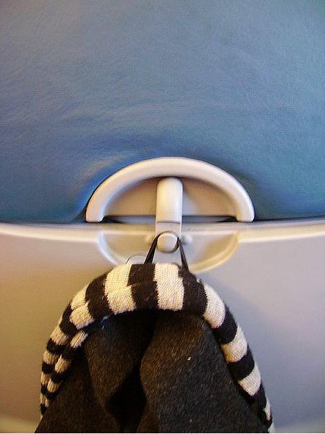 Çoğu uçakta koltuğunuzda eşyalarınızı asabileceğiniz ufak bir askı var.