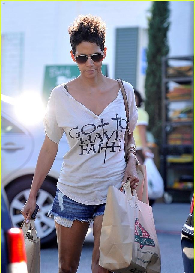 Her ünlünün kendine özel bir giyim tarzı var! Ancak tarzlar farklı olsa da yazılı ve baskılı tişörtleri hepsinin üstünde görmek mümkün. Ünülerin tişörtleri kimi zaman mesaj içerikli, kimi zaman da kendi adını taşıyor. En çok ilgi çekenler ise duyarlı mesajlara sahip modeller. Baskılı tişörtle mesaj veren ünlüler arasında Halle Berry, Megan Fox ve Selena Gomez de var. İşte baskılı tişörtleri hem seven hem de mesaj veren ünlüler...  Moda Kanalları Editörü: Duygu ÇELİKKOL