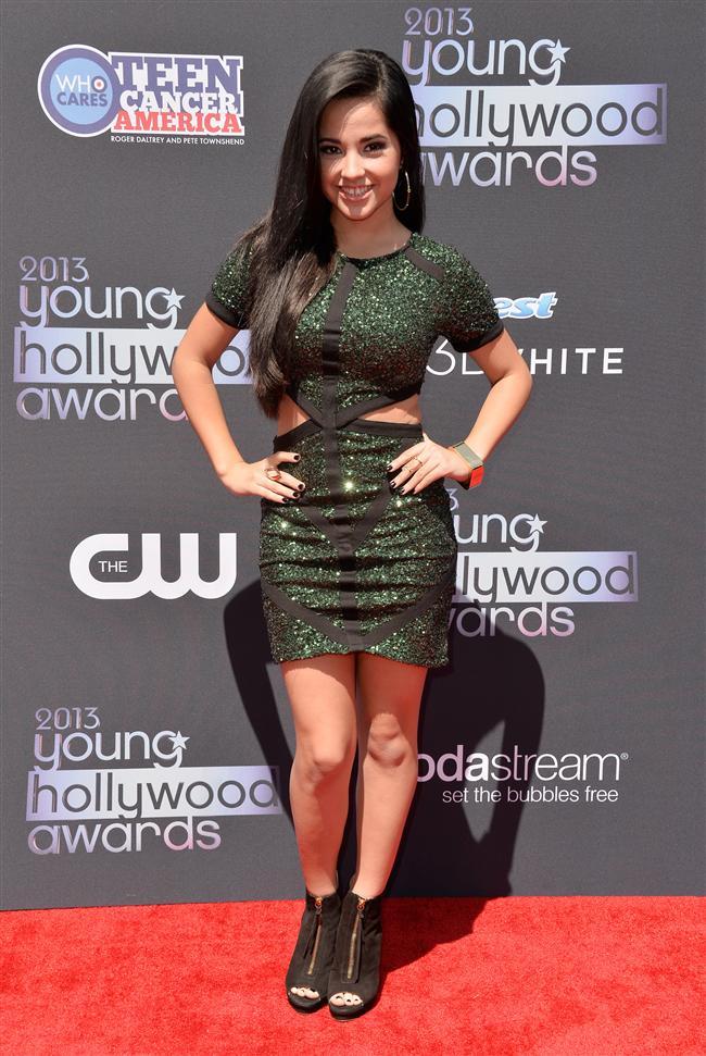 Şarkıcı Becky G'nin 2013 Genç Hollywood Ödül Töreninde giydiği nefti yeşili elbise