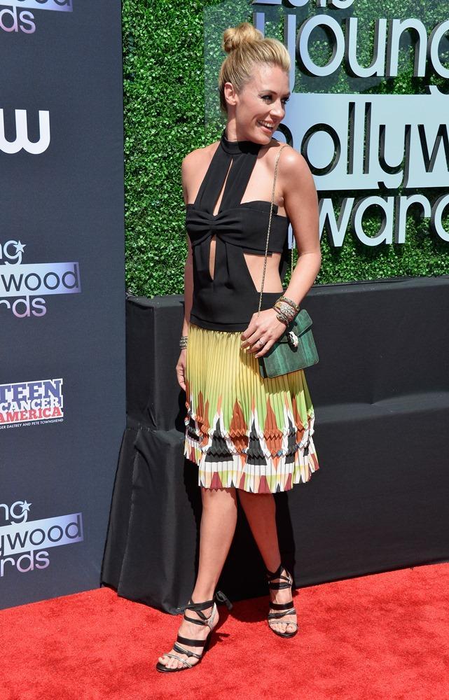 Televizyon sunucusu Cat Deeley'in 2013 Genç Hollywood Ödül Töreninde giydiği dekolteli elbise