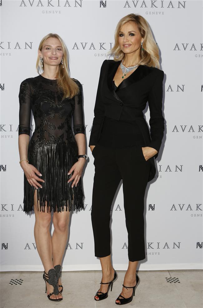 Adriana Karembeu ve Sarah Marshall'ın Otel Metropole'deki Avakian sergi açılış kokteylinde giydiği siyahlar