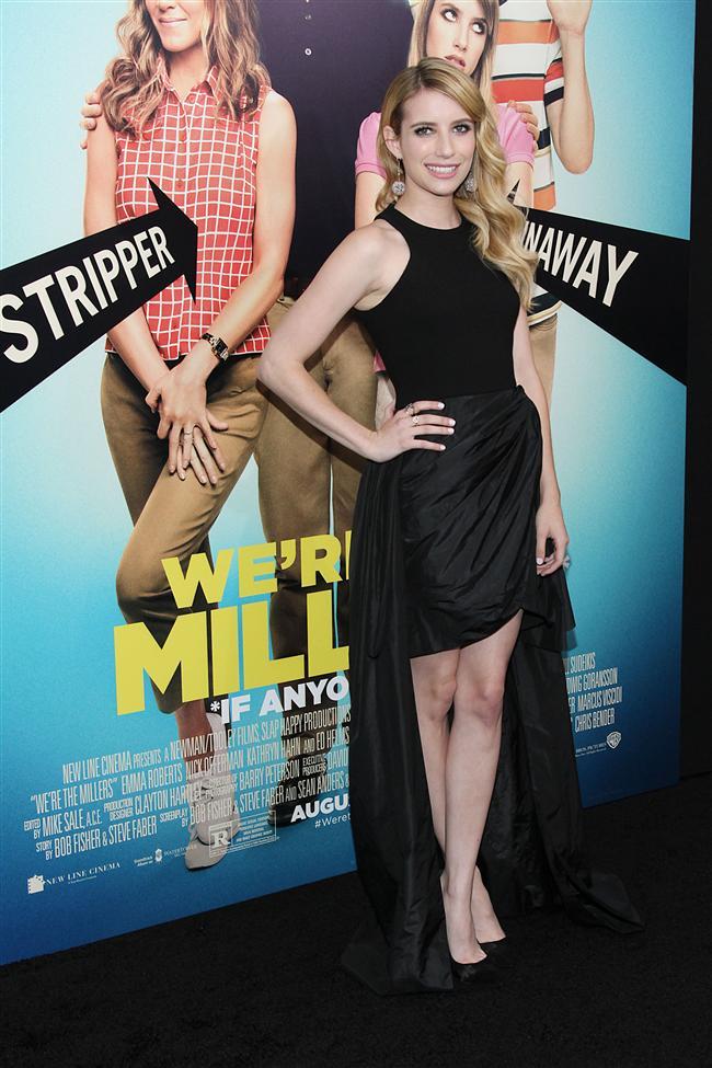 """Emma Roberts'ın Ziegfeld Tiyatrosu'nda """"We're Millers"""" filminin galasında giydiği siyah elbise"""