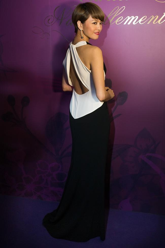 """Hong Kong'lu şarkıcı ve oyuncu Gigi Leung'in """"Cartier Naturellement"""" sergisinde giydiği sırt dekolteli monokrom elbise"""