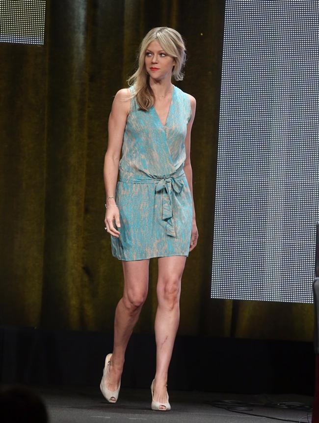 Oyuncu Kaitlin Olson'un 2013 Televizyon Yazarları Derneği panelinde giydiği belden kuşaklı ebruli elbise