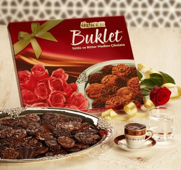"""Ülker Buklet ile bayramda ikramlıklar çiçek açacak  Ülker, Buklet Çikolata ile bayramların en güzel yanı olan paylaşma ve ikram geleneğini devam ettiriyor. Çiçek şekilli sütlü ve bitter madlen çikolatadan oluşan Ülker Buklet, bu bayramın da vazgeçilmez lezzeti olacak... Türkiye'de kakao çekirdeğinden itibaren tüm üretim sürecine hakim olan en büyük marka olduklarını belirten Yıldız Holding Çikolata İş Birimi Başkan Yardımcısı Ahmet Özokur, çikolatanın buzdolabında saklanmaması gerektiğini hatırlatıyor, """"18-22 derece ısıda, koku, nem ve direkt güneş ışığından uzakta muhafaza edin."""""""