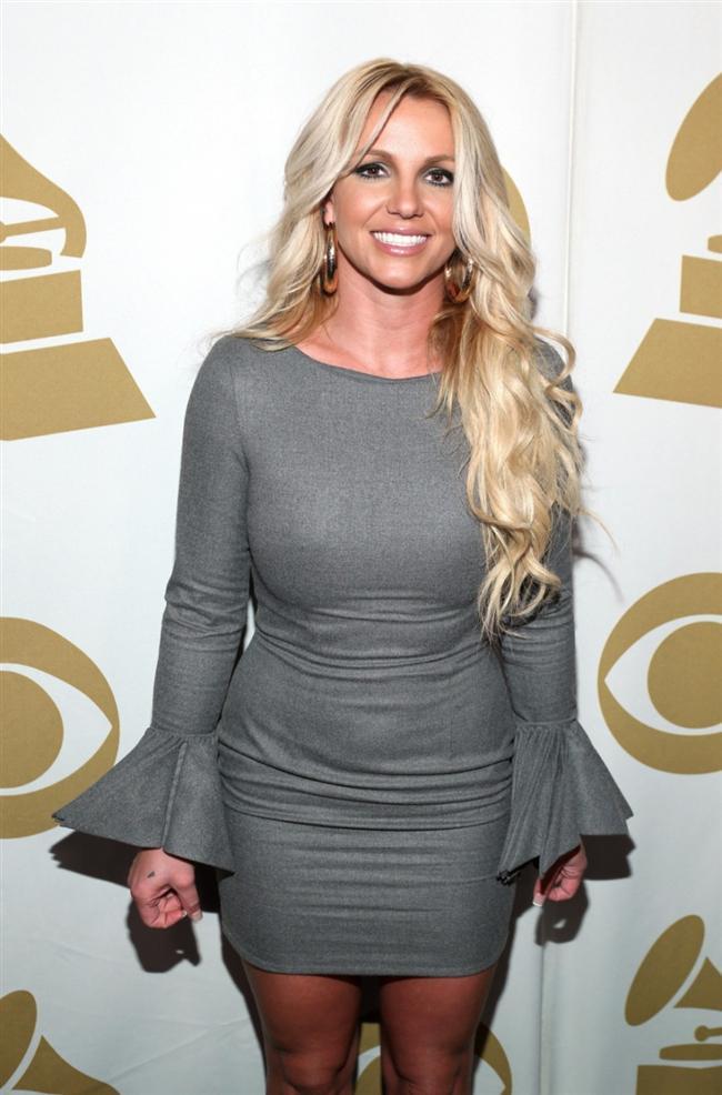 Pop yıldızı Britney Spears, paparazzinin arabasına şemsiyesi ile saldırdı.