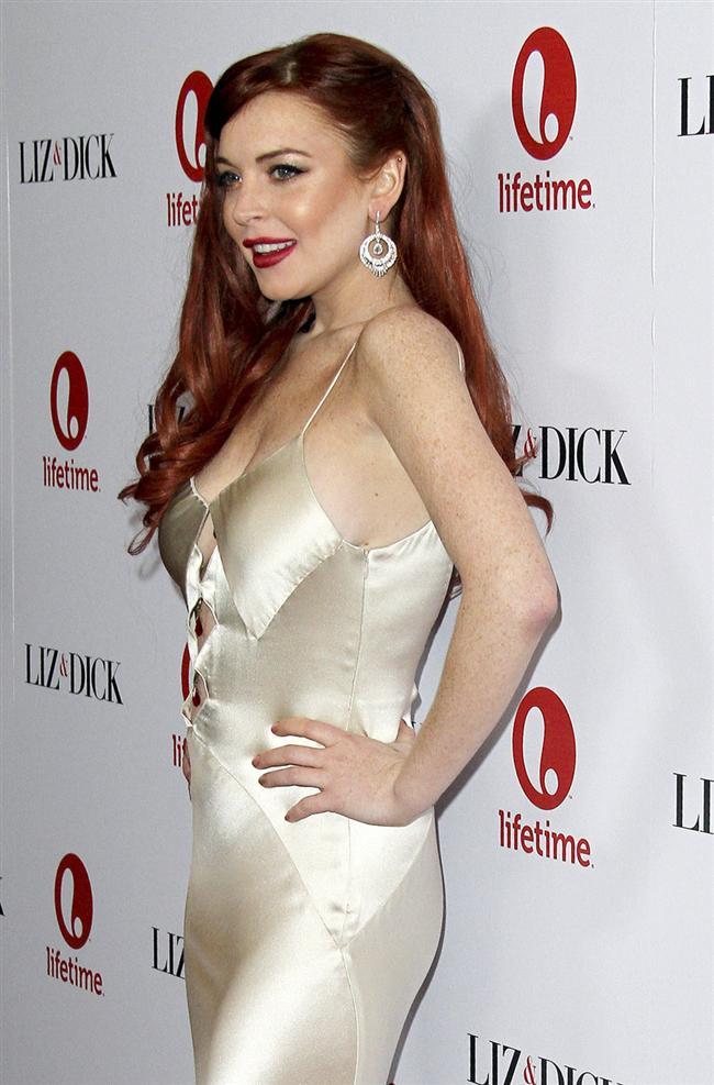 """Rehabilitasyondan yeni çıkan Lindsay Lohan bir paparazziyi """"kazayla"""" yumrukladı."""