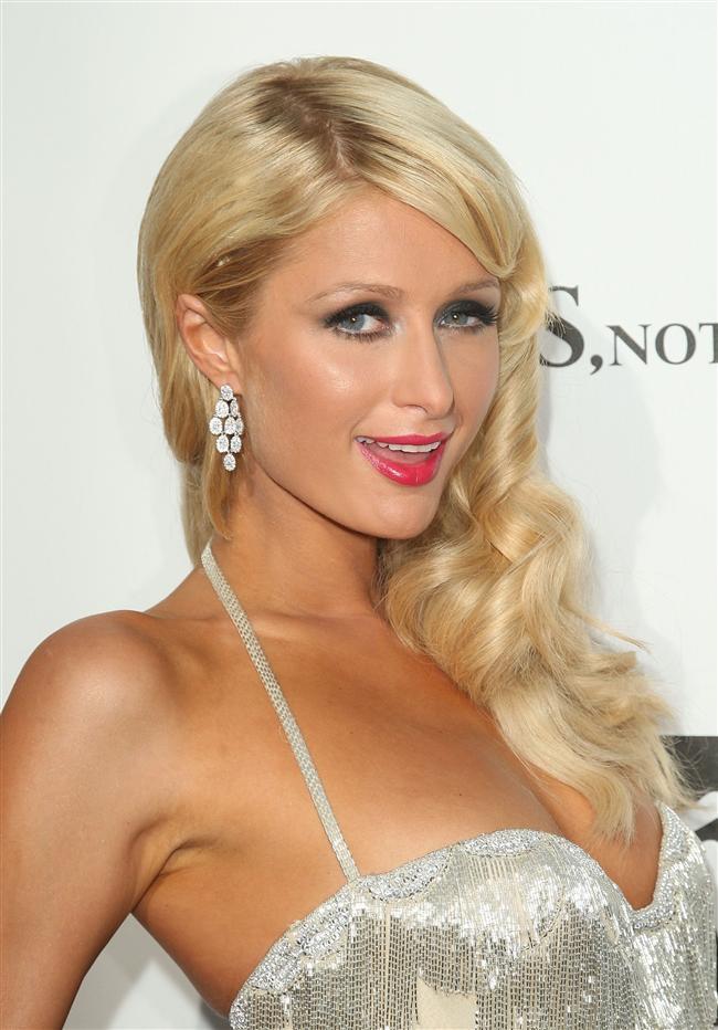 Hiltonların varisi Paris Hilton, bir otoparkta arkadaşlarıyla birlikte paparazzilerle kavgaya tutuştu.