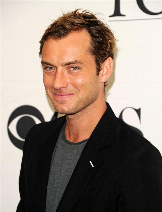 Ünlü aktör Jude Law, bir kadın paparazziye vurdu.