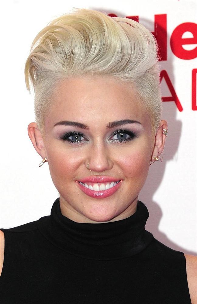 """Genç pop şarkıcısı Miley Cyrus, doktordan çıkarken peşine takılan paparazzi hamile olup olmadığını sorunca """"Hayır, hastayım k..ltak"""" diye bağırdı."""