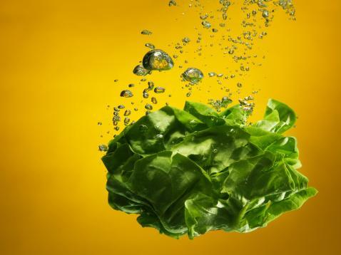 Koyu yapraklı sebzeler  Yoğun vitamin barındıran ve 'alkalin deposu' olarak adlandırılan marul, karalâhana ve soya filizi cilt için çok yararlı.