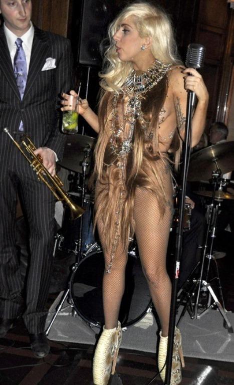 Lady Gaga ve çılgın kostümleri! - 40