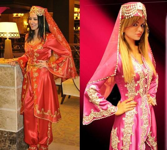 Kına gecesinde organizasyon detaylarından çok gelinin ne giydiği konuşulur. Genelde tercih edilen kırmızı şık bir elbisedir ama otantik bir kına gecesi yapıyorsanız hele ki kına geceniz hamamda ise bindallı ya da kaftan giymenizi ısrarla öneririz. Özellikle Hürrem Sultandan sonra artışa geçen Osmanlı kıyafetleri artık çok moda! Kırmızı, pembe, bordo gibi renkler en çok tercih edilenlerden. Sizin için hazırladığımız modellere bir göz atın deriz...  Moda Kanalları Editörü: Duygu ÇELİKKOL