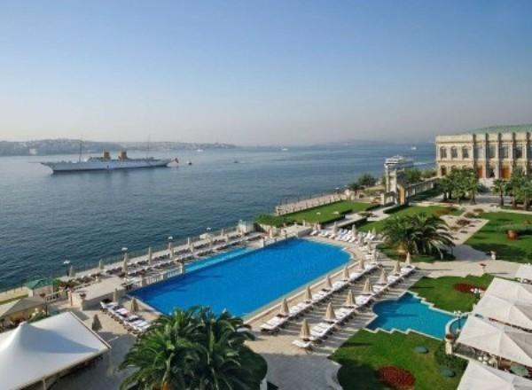 Çırağan Palace Kempinski Havuz İstanbul Muhteşem boğaz manzarasıyla sultanlara layık bir havuz keyfi yaşamak isterseniz Çırağan Palace Kempinski Havuz sizleri bekliyor. Havuz sabah 09:00 'dan itibaren hizmet vermeye başlıyor. Boğaz'ın hemen kıyısında yer alan havuzda sarayda yüzmenin keyfini yaşayabiliyorsunuz. Havuz Ölçüleri:  Boy 33 m Genişlik 10 m Derinlik 1.20 m Ücretler: Hafta İçi: 100 Euro Hafta Sonu: 160 Euro Adres: Çırağan Caddesi No:32 Beşiktaş / İstanbul Telefon: 0 (212) 326 46 46 Web: http://www.kempinski.com/en/Pages/Welcome.aspx
