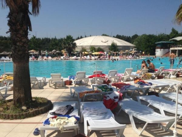 Aqua Club Dolphin Su Parkı İstanbul  Sınırsız eğlencenin adresi Aqua Dolphin yunuslar ile yaptığı sıra dışı şovlar ve onlarca su kaydırağı ile ziyaretçilerine kapılarını açıyor. Ücretler: Hafta içi Bayan: 15 TL Hafta içi Bay: 30 TL Hafta Sonu Bayan: Cumartesi  15 TL, Pazar: 15 TL Hafta Sonu Bay: Cumartesi 30 TL, Pazar: 40 TL Hafta İçi – Hafta Sonu Çocuk (7-12 Yaş): 12.5 TL Adres: Esenkent Mahallesi Cemalpaşa Caddesi No:1 / Bahçeşehir / İstanbul Telefon: 0 (212) 672 61 61 Web: www.aquaclubdolphin.com