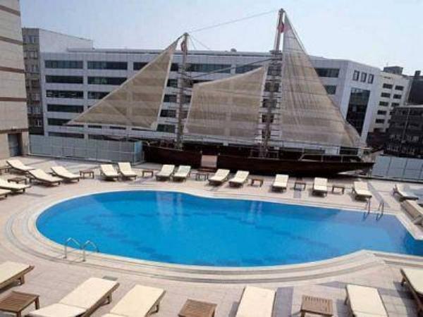 Grand Cevahir Otel Havuz İstanbul Havuz kenarında bulunan gerçek teknede güneşin ve havuzun keyfini çıkartma fırsatı sunan Otel'in havuzu sabah saat 07:00 ile 20:00 saatleri arasında hizmet vermektedir. Ücretler: Hafta İçi: 30 TL Hafta Sonu: 50 TL Havuz Ölçüleri: Boy 35 m Genişlik 12 m Adres: Darülaceze Cad. No: 9 Okmeydanı / Şişli / İstanbul Telefon: 0 (212) 314 42 42 Web: http://www.gch.com.tr/
