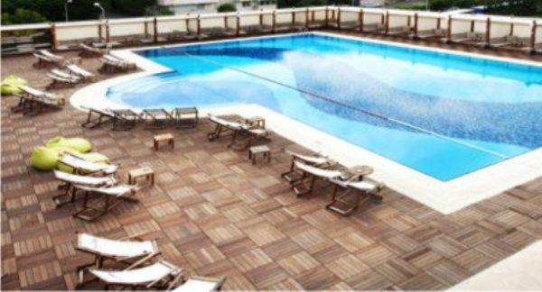 Club Sporium Yüzme Havuzu İstanbul Club Sporium Açık Yüzme Havuzu Akatlarda bulunan Club Sporium' un açık yüzme havuzu yarı olimpik ölçülerdedir. Havuzun etrafı kaymayı önlenmesi için özel olarak teak deck kaplamadır ve kaydırmazdır. Açık yüzme havuzu ozonlama sistemiyle temizlenmektedir.Club Sporium Çocuk Yüzme Havuzu Çocuklar düşünülerek yapılmış olan çocuk yüzme havuzu 90cm derinliyle son derece güvenlidir. Anne ve ya babalar büyük havuzun keyfini çıkarırken çocuklar da kendileri için yapılmış olan çocuk havuzunda suyun tadını çıkarabilirler. Çocukların bütün ihtiyaçları düşünülerek yapılmış olan havuzun hemen yanında tuvaletleri, soyunma kabinleri ve duşları bulunmaktadır. 8 yaş ve altı bütün çocukların gönül rahatlığıyla oyunlarını oynayıp eğlenebilecekleri bir havuz olan çocuk yüzme havuzunda 3 adet kulvar bulunmaktadır. Adres: Akatlar Mah. Cumhuriyet Cad. No: 4 Beşiktaş / İSTANBUL Tel: 0212 385 49 10 Club Sporium Bostancı Adres: Tünel Yolu Cad. No:10 Yanyol Bostancı / İSTANBUL Tel: 0216 416 02 02