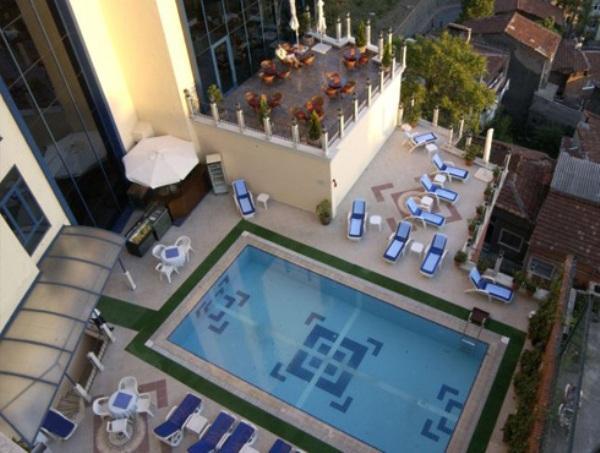 Euro Plaza Hotel Havuz İstanbul  Euro Plaza kapalı ve açık yüzme havuzları yazın ve kışın her gün eksiksiz hijyenik bakımı yapılarak müşterilerine hizmet vermektedir. Hizmetlerden günlük faydalanılabildiği gibi aylık, 3 aylık ve 6 aylık üyelik seçenekleri de mevcuttur. Açık Havuz 10:00 – 21:00 saatleri arasında hizmet vermektedir. Kapalı Havuz 10:00 – 22:00 saatleri arasında hizmet vermektedir. Adres: Tarlabaşı Bulvarı No:292 Tepebaşı / İstanbul Telefon: 0 (212) 254 59 00 Web: www.europlazahotel.com