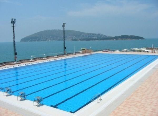 Heybeliada Su Sporları Kulübü Havuz İstanbul  Heybeliada Su Sporları Kulübünde 1 adet açık olimpik havuz, 1 adet antrenmanlar için kullanılan orta havuz bulunmaktadır. Heybeliada Su Sporları Kulübü sadece üyelerine hizmet veriyor. Yüzme havuzlarından yararlanmanın yanı sıra yüzme, su topu, yelken sporları eğitimleri de veriliyor. Adres: Değirmen Burnu Mevkii Heybeliada / İstanbul Telefon: 0 (216) 351 01 60 Web: www.hssk.org