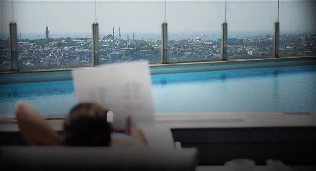 The Marmara Pera  Spor hayatınızın vazgeçilmez bir parçası ise The Marmara Pera,  yaz aylarında, sıcak İstanbul günlerinde serinlemek istediğinizde ise otelin en üst katında yer alan, İstanbul'u kuşbakışı gören manzarasıyla açık havuz en iyi alternatif oluyor.  Mesrutiyet Caddesi Tepebasi 34430  Istanbul TURKEY   Telefon +90 212 334 03 00 Faks 212 249 80 33