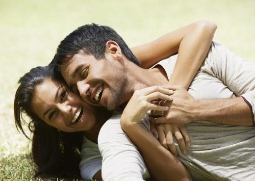 """Aşık olduğumuzda her şey çok güzeldir. Mutluyuzdur ve sorunları görmezden gelebiliriz. Ama biraz zaman geçince gerçek hayata döneriz, sevgilimiz dokunulmazlığını kaybeder ve gözümüzde normal birine dönüşür! Ufak tartışmalar, büyük kavgalara dönüştüğündeyse, o artık bizim için sinir bozucunun tekidir! Yine de onca emek harcadığınız ilişkinizden kolayca vazgeçmek doğru değil, önemli olan ilişkinizi çıkmaza sokmadan, aşkınızı diri tutabilmek.  Nasıl mı? İşte size 10 etkili öneri...    İLİŞKİNİZE ÖNCELİK VERİN   İlişki ilerledikçe, sevgilimize gösterdiğimiz yakın ilgiyi zamanla kaybetmeye başlarız. Zamanla önceliklerimiz yer değiştirir ve sevgilimiz alt sıralara düşer! Onun listedeki yerini işimiz, çocuklarımız ya da arkadaşlarımız alır. Oysa özel ilişkimizde bir şey ters gitmeye görsün, hemen bütün hayatımıza yansır. Diğer bir deyişle ilişkiniz ne kadar yolunda giderse, kalan bütün her şey, o kadar kolay olur. Ünlü çift Heidi Klum ve Seal de, People dergisine verdikleri röportajda, bunun altını çizmiş. Seal, """"Benim için Heidi, çocuklarımdan bile önce geliyor"""" derken, Heidi Klum ise şöyle söylemiş: """"Çocuklarımız büyüyecek ve kendi ailelerini kuracaklar ve o zaman yanımda sadece Seal olacak."""""""